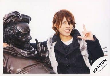 KAT-TUN/上田竜也/横型・バストアップ・ファー・衣装黒.白・左手指立て・右手銅像と肩組み/公式生写真