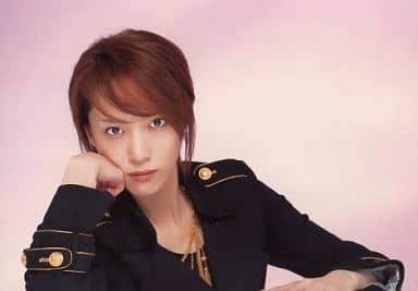 貴城けい/横型・衣装黒・右手頬・背景ピンク/「宝塚歌劇団」公式生写真