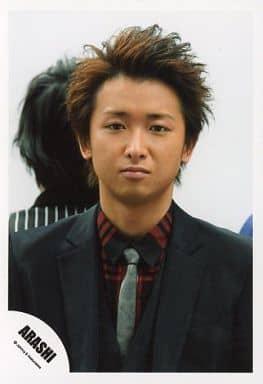 嵐/大野智/バストアップ・衣装黒赤・ネクタイ・背景白・後ろに二宮/公式生写真