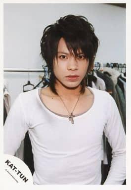 KAT-TUN/上田竜也/上半身・長袖シャツ白・後ろ服・背景白・室内/公式生写真