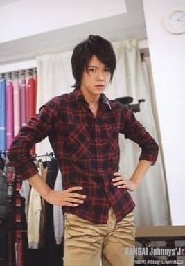 7WEST/小瀧望/膝上・チェック柄シャツ赤・両手腰・ロゴ「KANSAI Johnnys'Jr.」/公式生写真