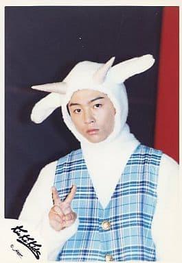 Kinki Kids/堂本剛/バストアップ・ベスト水色チェック柄・羊の着ぐるみ・右手ピース・背景黒/公式生写真