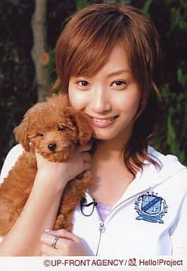 モーニング娘。/藤本美貴/バストアップ・白色パーカー・両手に犬抱え/公式生写真