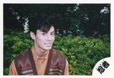 忍者/柳沢超/横型・バストアップ・衣装茶オレンジ・背景緑/公式生写真