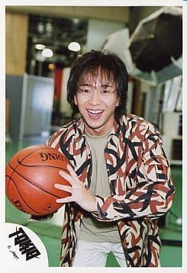 TOKIO/城島茂/上半身・混色シャツ茶色.黒・バスケットボール・カメラ目線・笑顔/公式生写真