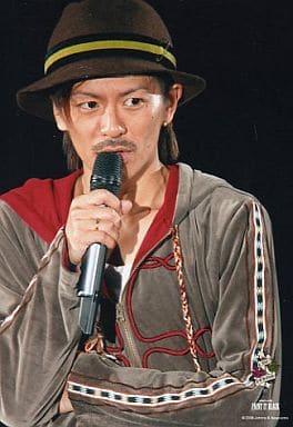 V6/森田剛/衣装カーキ・上半身・右手マイク・帽子茶色・背景黒・PAINT IT BLACK/公式生写真