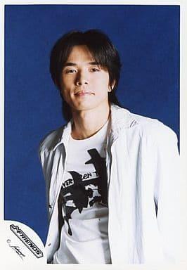 V6/井ノ原快彦/上半身・シャツ白・背景青/ロゴ「J-FRIENDS」/公式生写真