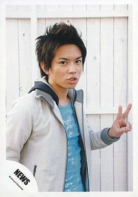 NEWS/加藤シゲアキ/上半身/白ジャケット/水色インナー/左手ピース/背景白い壁/公式生写真