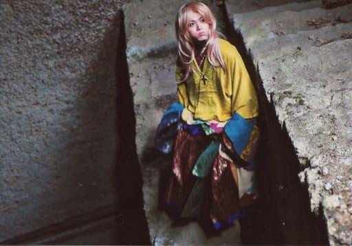 立石俊樹/横型・全身・衣装黄色・青・頬膨らませ・顔上げ/映画「遮那王 お江戸のキャンディー3」ランダムブロマイド