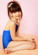 ローラ.B/全身・座り・右向き・水着青・両手膝・背景ピンク/DVD・BD「CANDY DOLL☆COLLECTION 1」生写真