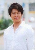 上田悠介/バストアップ・衣装白・カメラ目線・口閉じ・背景白/生写真