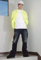 小山剛志(熊田次郎)/全身・衣装黄色.白・両手ポケット・頭にタオル・キャラクターショット/映画「Wonderful World(ワンダフルワールド)」ブロマイド
