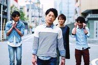 梅林亮太/横型・膝上・衣装白.青・路上・後ろに三人・ポストカードサイズ/BSP(ブルーシャトルプロディース)「ゼロ・ファイター」くじ写真