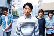 梅林亮太/横型・上半身・衣装白.青・路上・後ろに三人・ポストカードサイズ/BSP(ブルーシャトルプロディース)「ゼロ・ファイター」くじ写真