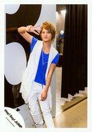 Hey!Say!JUMP/岡本圭人/全身(足見切れ)・衣装白青・右手指3本立て・体斜め/「真剣SUNSHINE」PV&ジャケ/公式生写真