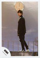 NEWS/加藤シゲアキ/全身・衣装黒・左向き・振り返り・時計・背景グレー/「ヒカリノシズク」PV撮影/公式生写真