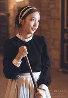 板野友美/上半身・衣装黒・白・両手箒・目線右/CD「HIDE & SEEK」先着購入特典生写真