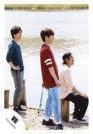 V6/長野博・三宅健・森田剛/全身・衣装赤.緑.白.黒・右向き・森田座り・後ろ川/公式生写真