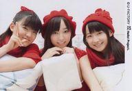 モーニング娘。/集合(3人)/横型・上半身・衣装赤・帽子・センター譜久村・鈴木右手ピース・クッション/公式生写真