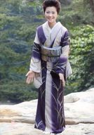 長山洋子/全身・着物白.紫・両手下・笑顔・ロゴ「長山洋子サポート倶楽部」/公式生写真