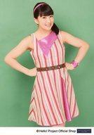 モーニング娘。'16/羽賀朱音/膝上・衣装赤ピンク白・ストライプ・両手腰・背景緑/「Tokyoという片隅」パート5