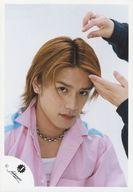 ジャニーズ/滝沢秀明/バストアップ・シャツピンク・ネックレス・体右向き・顔右下向き・髪に手/公式生写真
