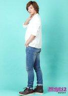 土井一海/全身・衣装白・左向き・左手ポケット・右手首・背景水色/舞台「ラズベリーボーイ2」ブロマイド(衣装)