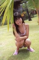 安西かな/全身・しゃがみ・水着・右手葉っぱ・ポストカードサイズ/DVD「かなたの島から」生写真