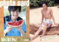 PHOTO : 猪野広樹/生写真カード(/150)(上半身・シャツ水色・両手西瓜・笑顔)/猪野広樹 ファースト・トレーディングカード