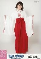 横山由依/全身・巫女ver./AKB48×ヴィレッジヴァンガード限定ランダム生写真(VILLAGE/VANGUARD EXCITNG BOOK STORE)
