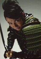 ピース/綾部祐二/上半身・衣装黒緑・甲冑・両手刀・体左向き/ナマーシャ