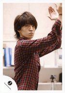 ジャニーズJr./森田美勇人/上半身・衣装赤黒・チェック・両手上げパー・体右向き・目線上/公式生写真