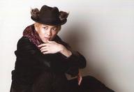 辻本祐樹(イカサマ)/横型・膝上・座り・衣装黒・ストール・帽子・左手顎・右向き・目線左・背景白・キャラクターショット/ミュージカル『冒険者たち』~The Gamba 9~