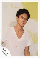 関ジャニ∞/錦戸亮/上半身・Tシャツ白・両手下・目線右下・ネックレス・背景黄白/公式生写真