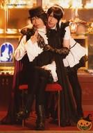 葵・他1名/全身・座り・衣装白・黒・帽子・女装・足組み・抱きつき・ハロウィン/「Swallowtail Gift Shop Halloween Fair 2014」/執事歌劇団公式生写真