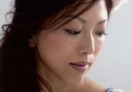 Lia/横型・顔アップ・衣装白・水色・目線右下・背景白/CD「dearly」特典生写真