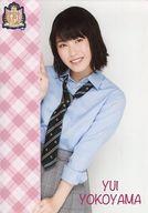 横山由依/上半身・制服衣装・A4サイズ/AKB48 CAFE & SHOP限定 A4サイズ生写真ポスター 第111弾