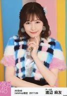 渡辺麻友/上半身・白青ピンク衣装・顔下に左手/AKB48 2017年9月度 net shop限定個別生写真「ハイテンションファー」衣装