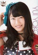 横山由依/バストアップ・ハイヒール柄衣装・A4サイズ/AKB48 CAFE & SHOP限定 A4サイズ生写真ポスター 第114弾
