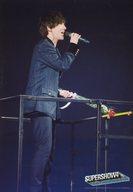 SUPER JUNIOR/イェソン(YESUNG)/ライブフォト・膝上・衣装黒・右手マイク口元・左手花・体右向き/「SUPER JUNIOR WORLD TOUR SUPER SHOW4」フォトチョイス