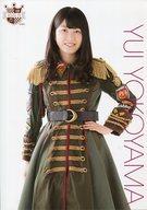 横山由依/膝上・赤黒金緑衣装・A4サイズ/AKB48 CAFE & SHOP限定 A4サイズ生写真ポスター 第115弾