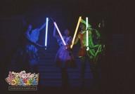 ミルキィホームズ/集合(4人)/ライブフォト・横型・全身・衣装ピンク・オレンジ・緑・青・両手ライト・「M」・背景黒/「ライブ ミルキィホームズ とろとろどんどん」フォトチョイス