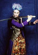林修司/膝上・衣装紫黒・体右向き・右手刀・背景青/ルドビコ★ 義経-YOSHITSUNE-