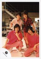 Travis Japan/集合(4人)/全身・前列しゃがみ・衣装ピンク・ピース/公式生写真
