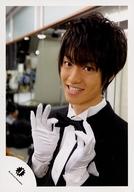 Travis Japan/森田美勇人/バストアップ・衣装黒白・両手蝶ネクタイ・体左向き/公式生写真