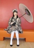 水井真希/全身・椅子座り・衣装グレー・黒・頭にリボン・両手で傘持ち/DVD「GOKUERO Vol.2」