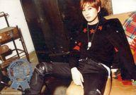 SUPER JUNIOR DONGHAE & EUNHYUK/ウニョク(EUNHYUK)/横型・膝上・座り・衣装黒赤・体斜め左向き/「SUPER JUNIOR D&E JAPAN TOUR 2015 -Present-」生写真