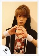 Travis Japan/森田美勇人/上半身・衣装黒白赤・両手でハート・フード被り/公式生写真