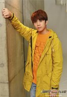 7 MEN 侍/佐々木大光/膝上・衣装黄色オレンジ・右手壁/「JOHNNYS' King & Prince IsLAND」オリジナルフォト