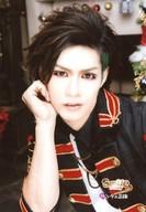 Smileberry/チャーリー/バストアップ・衣装黒赤・右手頬/CD「サンタの正体」特典アーティスト生写真